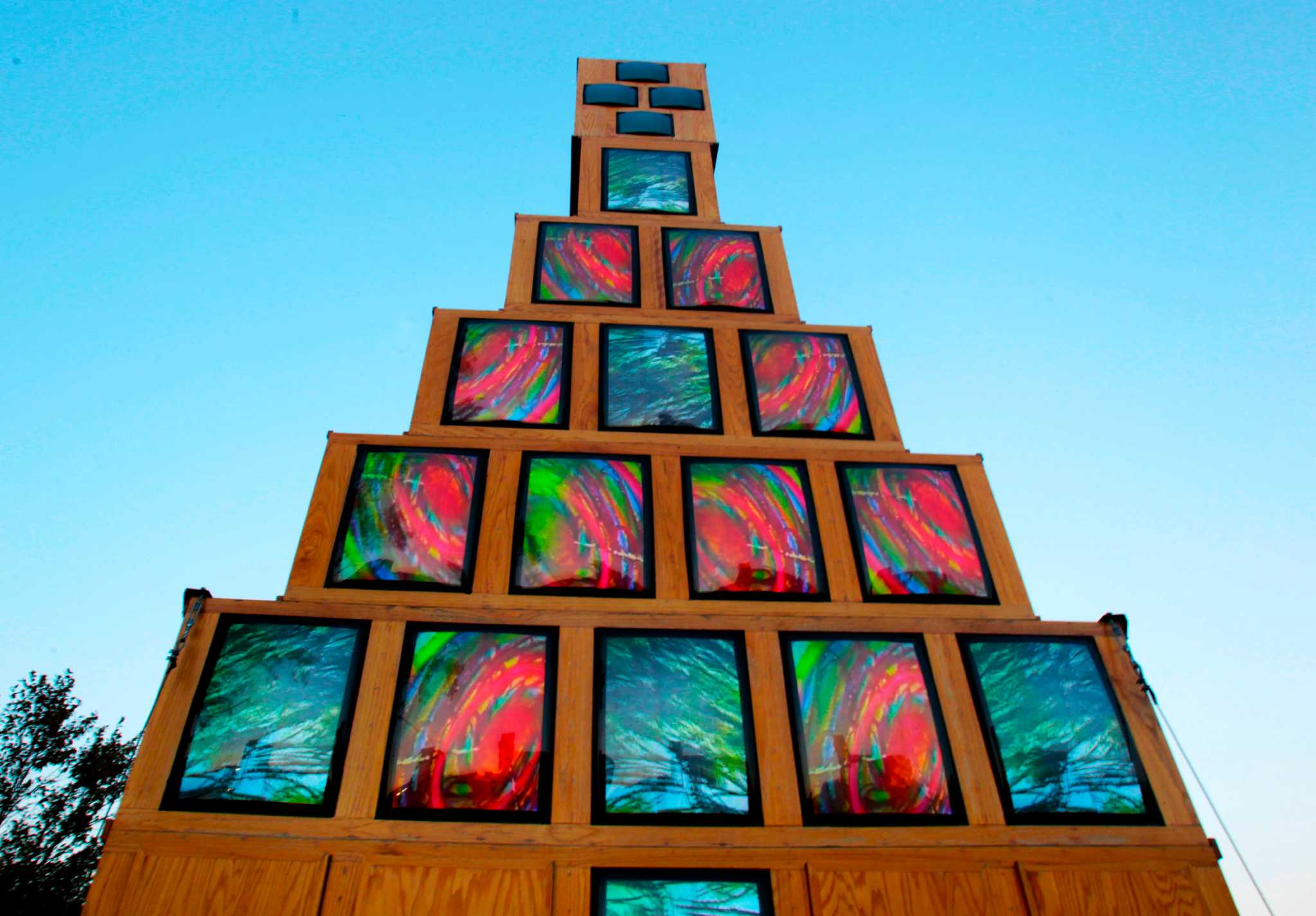 The Christmas-tree screens are cheerful and bright again ...