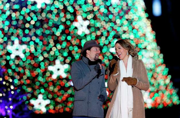 Jason Mraz, left, and Colbie Caillat, sing during the 90th annual National Christmas Tree Lighting ceremony on the Ellipse south of the White House, Thursday, Dec. 6, 2012 in Washington.  (Alex Brandon / AP Photo) Photo: Alex Brandon, Associated Press / AP