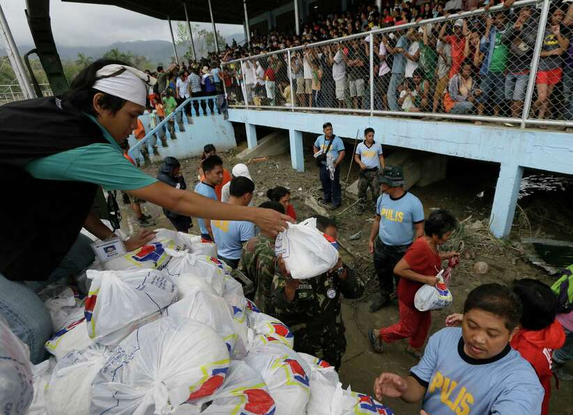 Typhoon victims receive relief goods following the visit of Philippine President Benigno Aquino III
