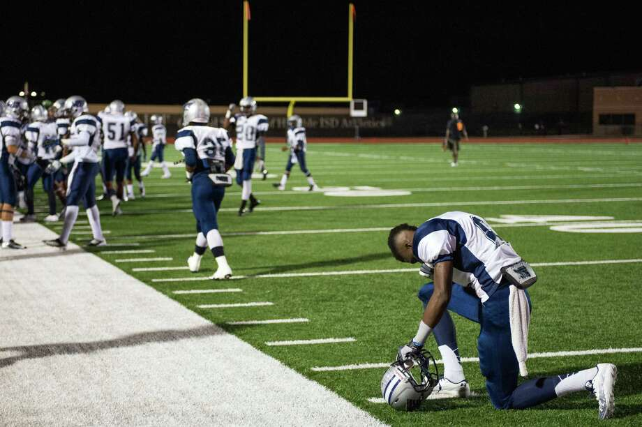 West Orange-Stark's Deionte Thompson (6) kneels in prayer. Photo: Smiley N. Pool, Houston Chronicle / © 2012  Houston Chronicle