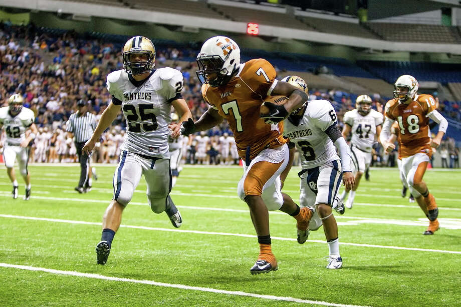 Madison's Marquis Warford (center) scores on a 22-yard touchdown run during the second quarter of their Class 5A Division I state quarterfinal game with O'Connor at the Alamodome on Dec. 8, 2012.  O'Connor beat the Mavericks 52-49.  MARVIN PFEIFFER/ mpfeiffer@express-news.net Photo: MARVIN PFEIFFER, For The Express-News / Express-News 2012