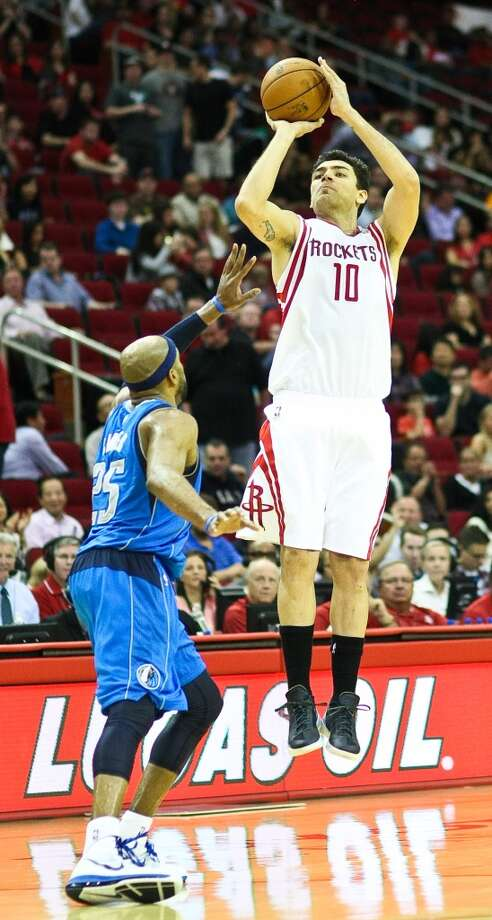 Carlos Delfino hits a three as Mavericks shooting guard Vince Carter tries to defend. (Nick de la Torre  / Houston Chronicle)