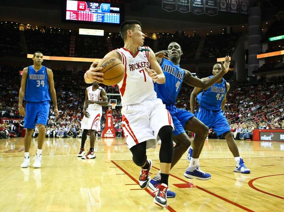 Rockets point guard Jeremy Lin looks for an open man as he is defended by Mavericks point guard Darren Collison. (Nick de la Torre / Houston Chronicle)