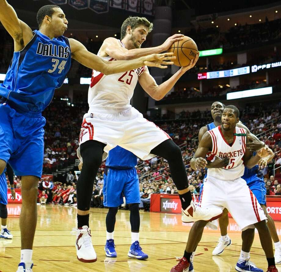 Rockets small forward Chandler Parsons comes up with a rebound. (Nick de la Torre  / Houston Chronicle)