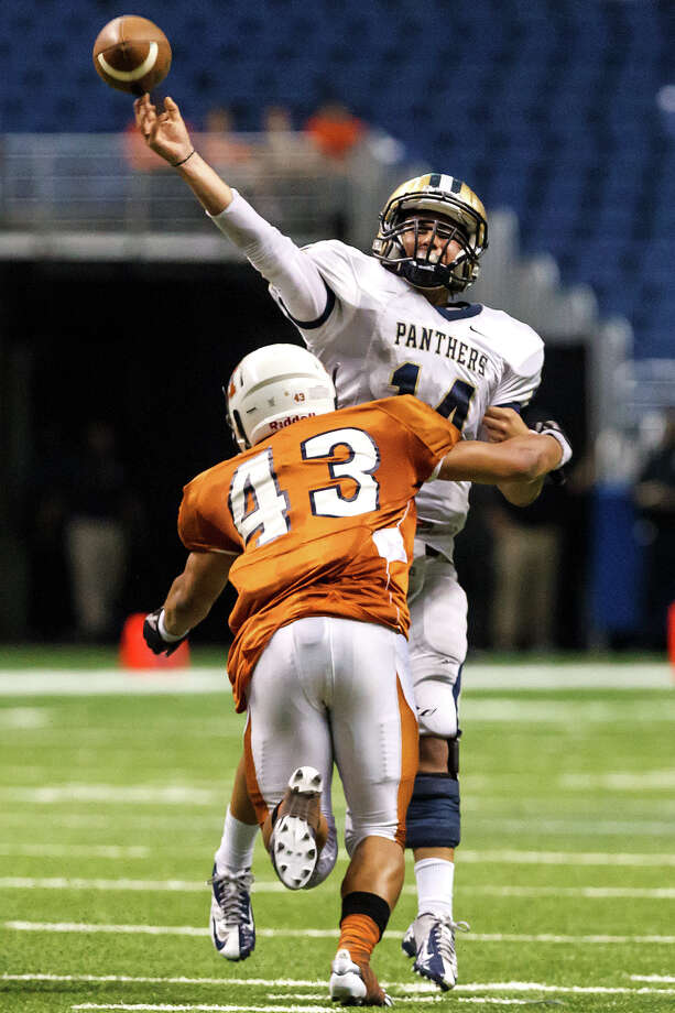 O'Connor's Zach Galindo gets off a pass as Madison's Josh Meno closes in on him during the fourth quarter of their Class 5A Division I state quarterfinal game at the Alamodome on Dec. 8, 2012.  O'Connor beat the Mavericks 52-49. Photo: Marvin Pfeiffer, San Antonio Express-News / Express-News 2012