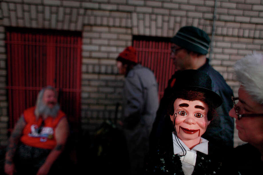 Indiana Munoz animates her puppet Vincent Parker for a crew regulars in the Tenderloin. Photo: Mike Kepka, The Chronicle / ONLINE_YES