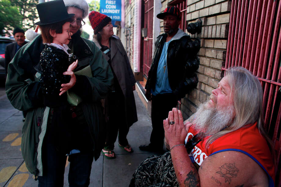Richard Tank Fear greets his friends Indiana Munoz and her puppet Vincent Parker in the Tenderloin. Photo: Mike Kepka, The Chronicle / ONLINE_YES