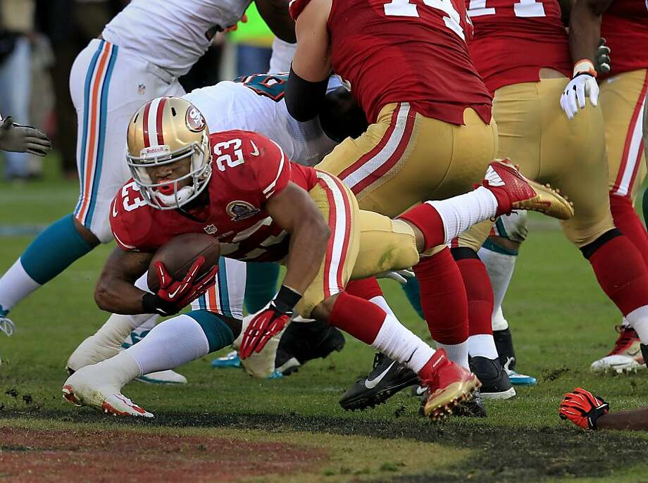 LaMichael James gains 6 yards on the 49ers' final touchdown drive. The rookie also had runs of 13 and 10 yards in his debut. Photo: Brant Ward, The Chronicle