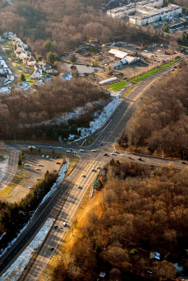 A look at Route 25 expressway where ends abruptly on the Monroe/Trumbull border.  Route 25 runs from Bridgeport to Newtown, a long connection for I-95 and I-84.  Aerial photo by Morgan Kaolian/AEROPIX Photo: Morgan Kaolian AEROPIX / Morgan Kaolian AEROPIX