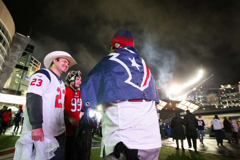 Texans fans gather outside Gillette Stadium before the Texans face the New England Patriots. (Nick de la Torre / Houston Chronicle)