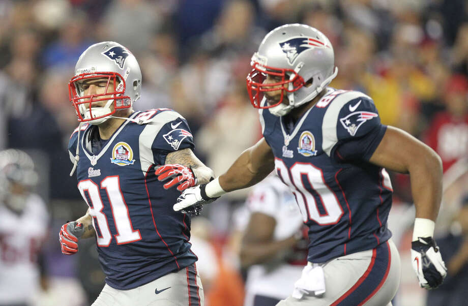 Patriots tight end Aaron Hernandez (81) celebrates with tight end Visanthe Shiancoe (80) after catching a 7-yard touchdown pass. Photo: Nick De La Torre, Houston Chronicle / © 2012  Houston Chronicle