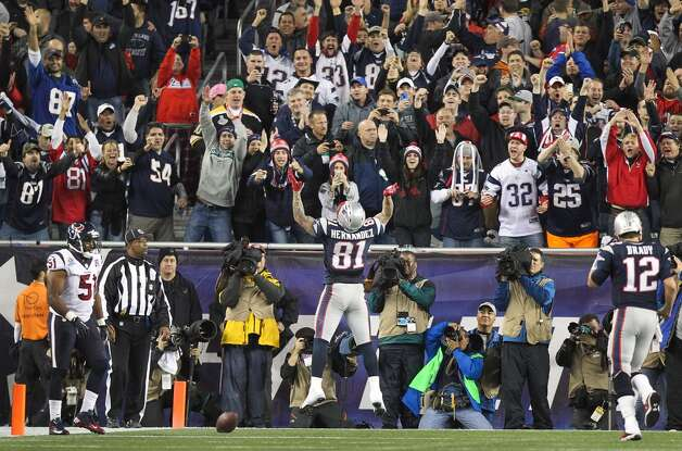 New England Patriots tight end Aaron Hernandez (81) celebrates after scoring on a touchdown pass from Tom Brady during the second quarter. (Nick de la Torre / Houston Chronicle)