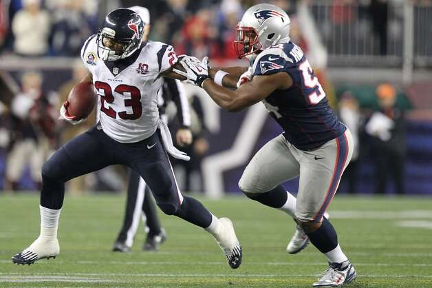 Texans running back Arian Foster (23) is brought down by Patriots outside linebacker Dont'a Hightower (54). (Nick de la Torre / Houston Chronicle)