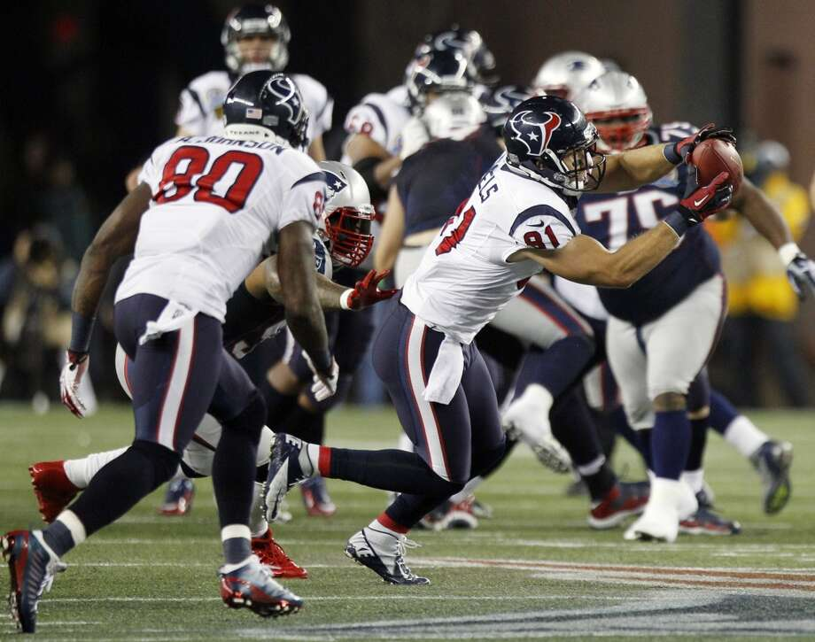 Texans tight end Owen Daniels (81) makes a catch over the middle during the first quarter. (Brett Coomer / Houston Chronicle)