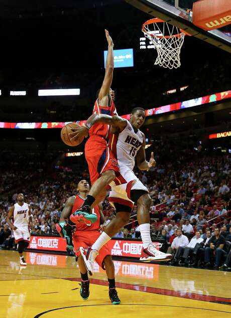The Heat's Mario Chalmers drops a pass from behind his back in Monday's game against the Hawks. Photo: Mike Ehrmann, Staff / 2012 Getty Images