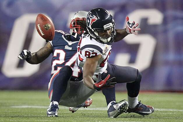 Patriots cornerback Kyle Arrington (24) breaks up a pass intended for Texans wide receiver Keshawn Martin (82) during the third quarter. (Nick de la Torre / Houston Chronicle)