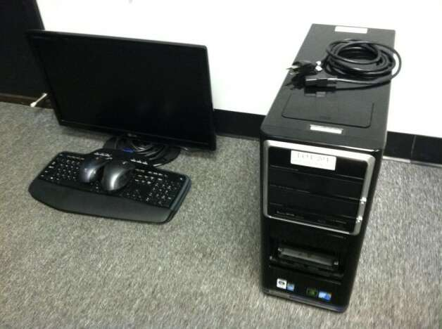 This Gateway LX681001 computer is being auctioned by the U.S. Marshals Office. Photo: Picasa, .