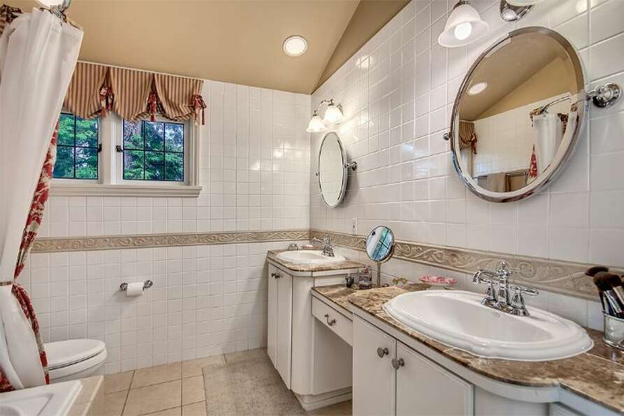 Master bathroom of