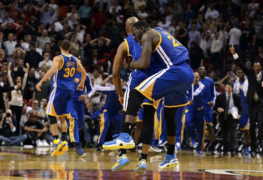 Draymond Green gives Jarrett Jack a thank-you hug after Jack fed Green for the winning basket. Photo: Rhona Wise, Associated Press