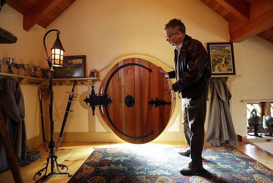 """El arquitecto Peter Archer en ell interior de la """"Casa Hobbit"""" el 11 de diciembre de 2012 en el condado de Chester, cerca de Filadelfia. Archer diseñó la """"Casa Hobbit"""" en la que un gran admirador de  J.R.R. Tolkien guarda su colección de libros y objetos relacionados a las historias del autor. (Foto AP/Matt Rourke) Photo: Matt Rourke, Associated Press"""