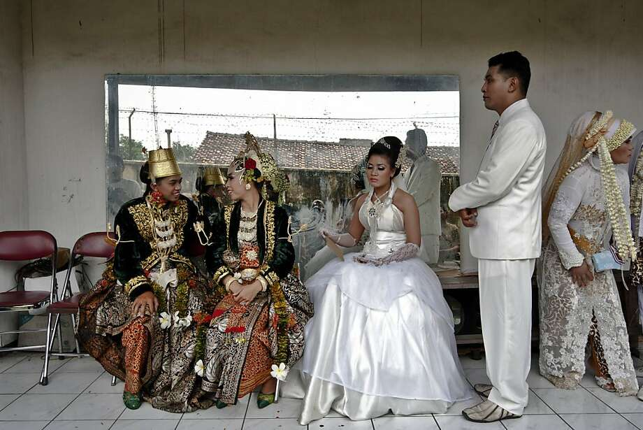 YOGYAKARTA, INDONESIA - DECEMBER 12:  Bride and groom couples prepare for marriage during a mass wedding ceremony on December 12, 2012 in Yogyakarta, Indonesia. Twelve couples participated in a mass wedding as today saw a surge in marriage across the globe to mark the once in a century date of 12/12/12.  (Photo by Ulet Ifansasti/Getty Images)  *** BESTPIX *** Photo: Ulet Ifansasti, Getty Images