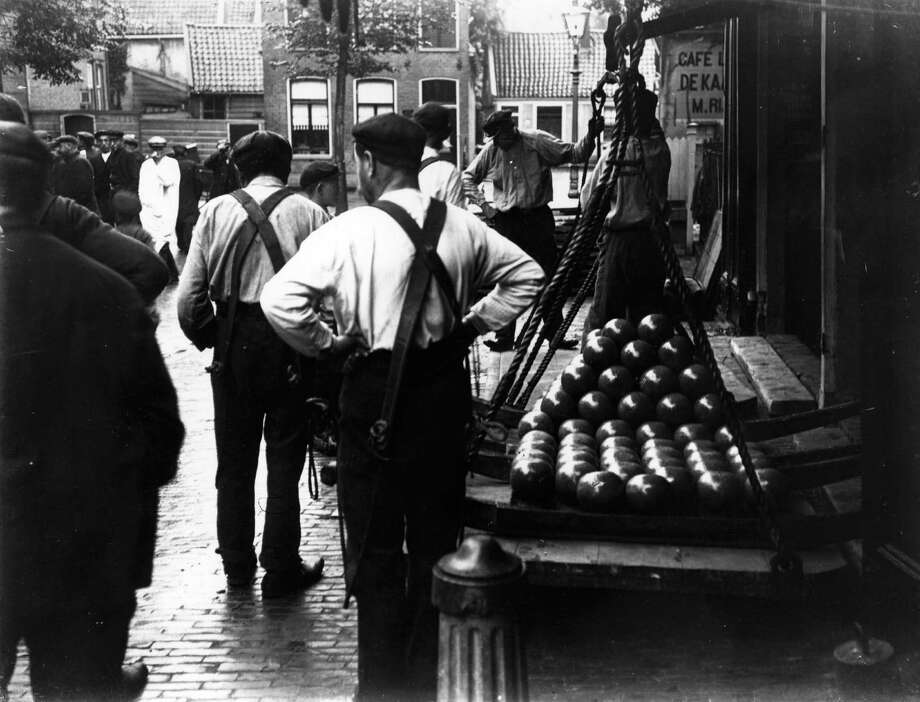 Porters work in the cheese market at Alkmaar, Holland, circa 1901. Photo: F. J. Mortimer, Getty Images / Hulton Archive