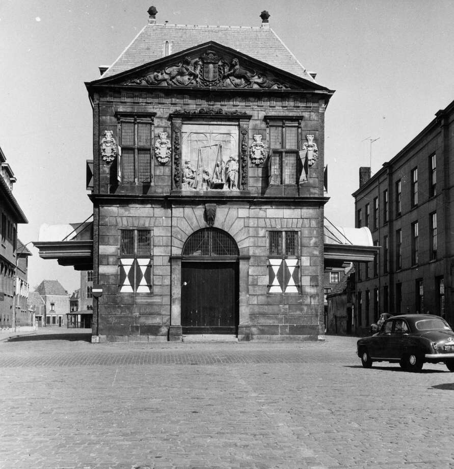 A weighing house for cheese in the Dutch town of Gouda, shown in 1952. Photo: Jones, Getty Images / Hulton Archive