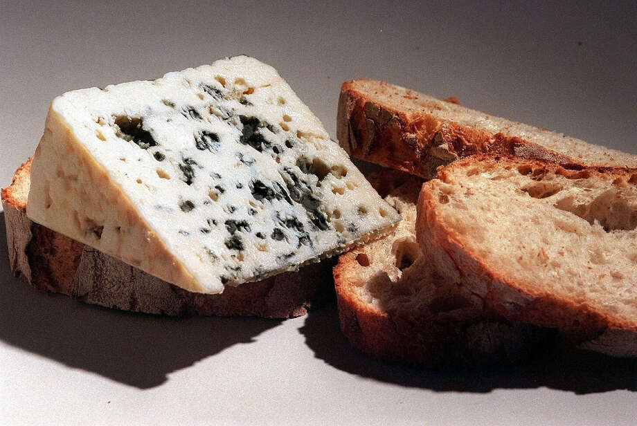 Roquefort cheese and bread sits on a table in Toulouse, southern France on September 10, 1999. Photo: JEAN-PIERRE MULLER, AFP/Getty Images / 2009 AFP