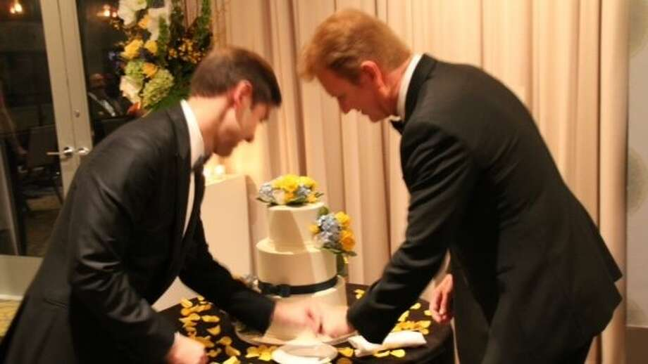 The happy couple cut the cake. (Photo courtesy of KPRC-Channel 2)