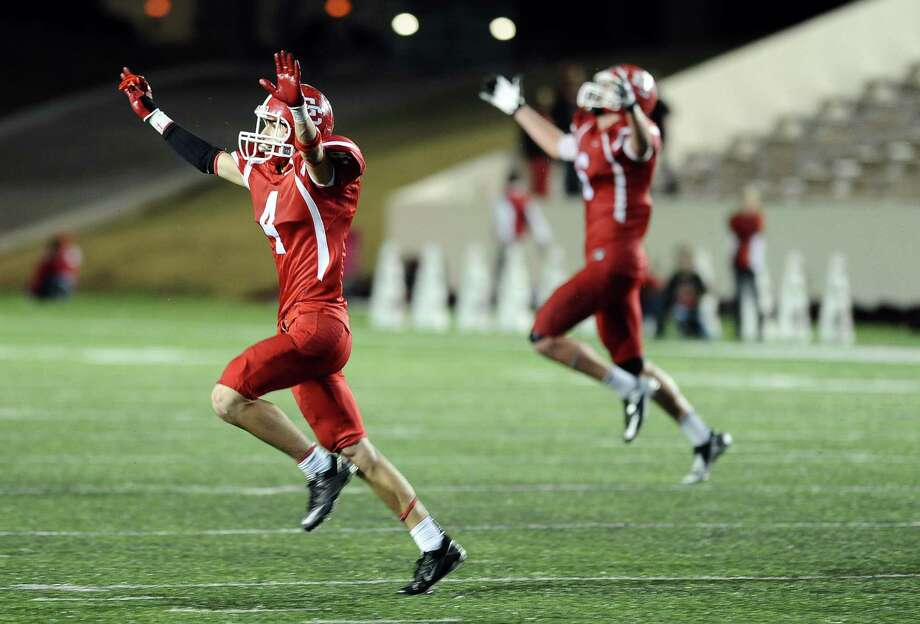El Campo wins 29 - 25 in the El Campo High School (13-0) Class 3A Division I state semifinal game against Carthage High School (11-2) at the Lamar University Provost Umphrey Stadium in Beaumont on December, 7, 2012. Photo: Randy Edwards, The Enterprise