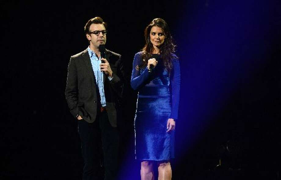 Jason Sudeikis (L) and Katie Holmes (R) speak on stage during 12-12-12 ~ The ConcertFor Sandy Relief December 12, 2012 at Madison Square Garden in New York. AFP PHOTO/DON EMMERTDON EMMERT/AFP/Getty Images