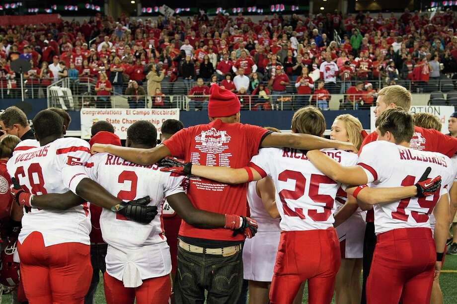 El Campo players lock arms as they await the runner-up medal presentation. Photo: Smiley N. Pool, Houston Chronicle / © 2012  Houston Chronicle