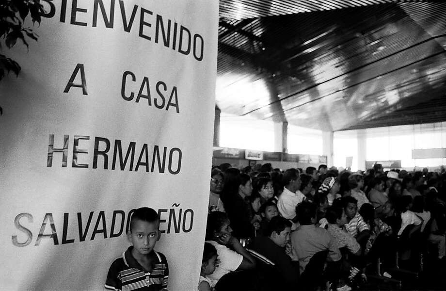 Salvadoran child at a meeting for people who cross back and forth between the United States and El Salvador. Photo: Juan Carlos