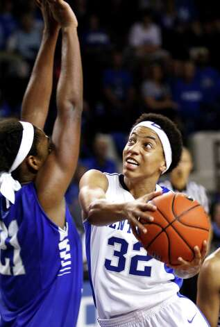 Kentucky's Kastine Evans, right, is pressured by Middle Tennessee State's Ebony Rowe during the second half of an NCAA college basketball game at Memorial Coliseum in Lexington, Ky., Sunday, Dec. 9, 2012. Kentucky won 68-46.(AP Photo/James Crisp) Photo: James Crisp, Associated Press / FR6426 AP