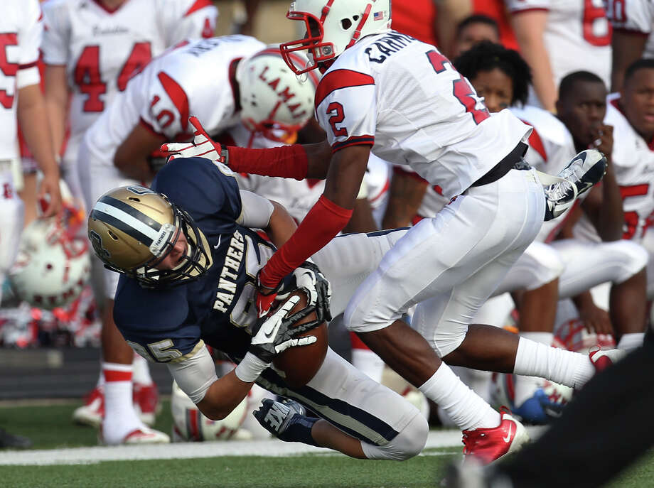 O'Connor's Seth Damrow (85) nearly makes a catch against Houston Lamar's Derrick Carmouche (02) in the first half in the Class 5A Div. I state semifinal football game in Austin on Saturday, Dec. 15, 2012. O'Connor lost to Lamar, 15-7. Photo: Kin Man Hui, Express-News / © 2012 San Antonio Express-News