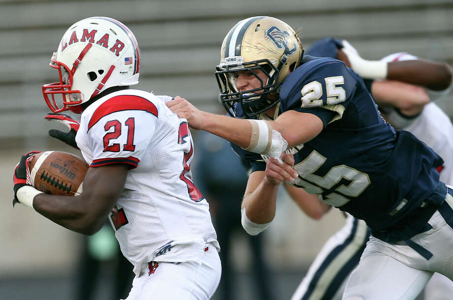 O'Connor's Luke Farmer (25) reaches for a tackle against Lamar's Ronnie Wesley (21) in the second half. Photo: Kin Man Hui, San Antonio Express-News / © 2012 San Antonio Express-News