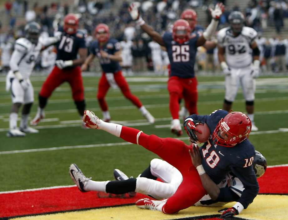 Tyler Slavin's catch with 19 seconds remaining lifts Arizona to victory in the New Mexico Bowl. Photo: Kelly Presnell, Associated Press