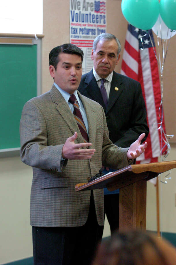 State Rep. Mike Villarreal stands next to U.S. Rep. Charlie Gonzalez during a press conference at the Bazan library in 2006. Photo: John Davenport, San Antonio Express-News / SAN ANTONIO EXPRESS-NEWS