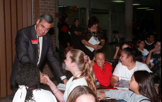 Congressional candidate Charlie Gonzalez talks to Zachry Middle School students on Oct. 21, 1998. Photo: San Antonio Express-News File Photo