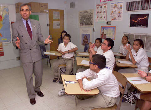 U.S. Rep. Charlie Gonzalez, D-San Antonio, meets with students at Mark Twain Middle School on Aug. 31, 1999, in hopes of getting them involved with the Census 2000 count. Photo: Kin Man Hui, San Antonio Express-News