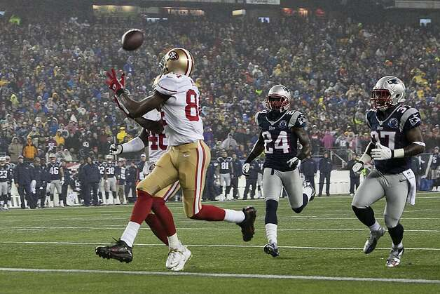 Randy Moss gets behind the New England defense and pulls in a 24-yard TD pass to put the 49ers on the board. Photo: Kelvin Ma, Special To The Chronicle