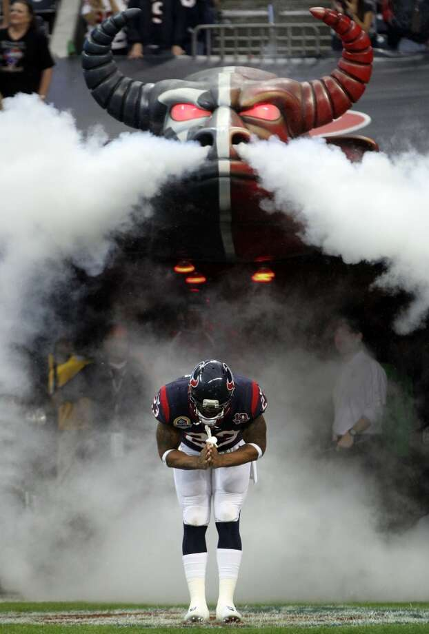 Texans running back Arian Foster (23) does his trademark bow as he is introduced before the game. (Karen Warren / Houston Chronicle)