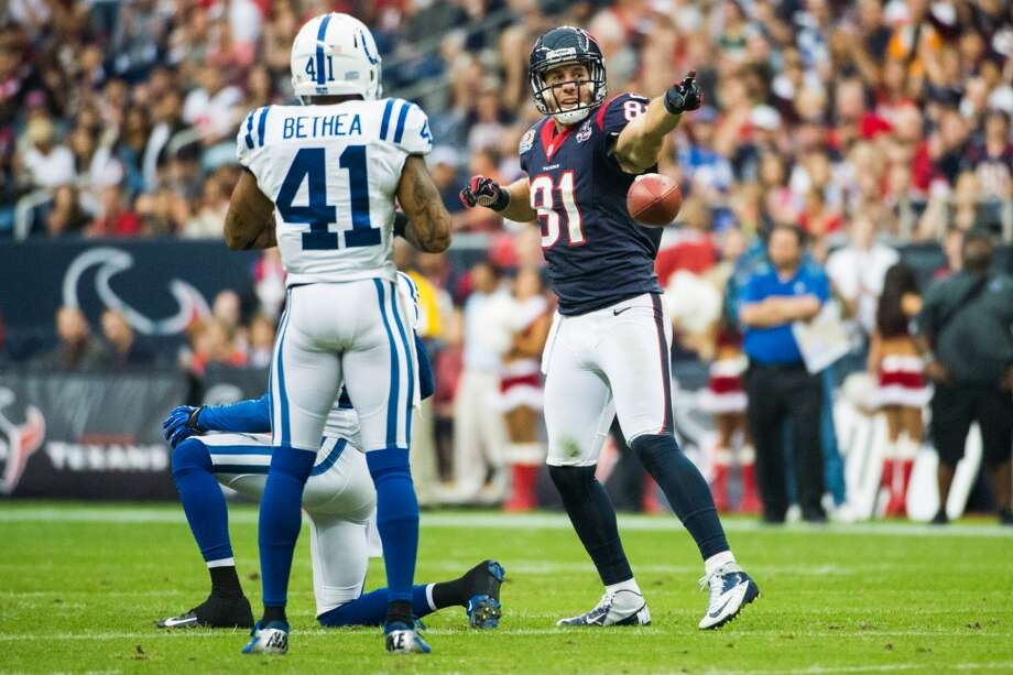 Texans tight end Owen Daniels (81) signals a first down after making a catch during the first quarter as Colts free safety Antoine Bethea (41) looks on. (Smiley N. Pool / Houston Chronicle)