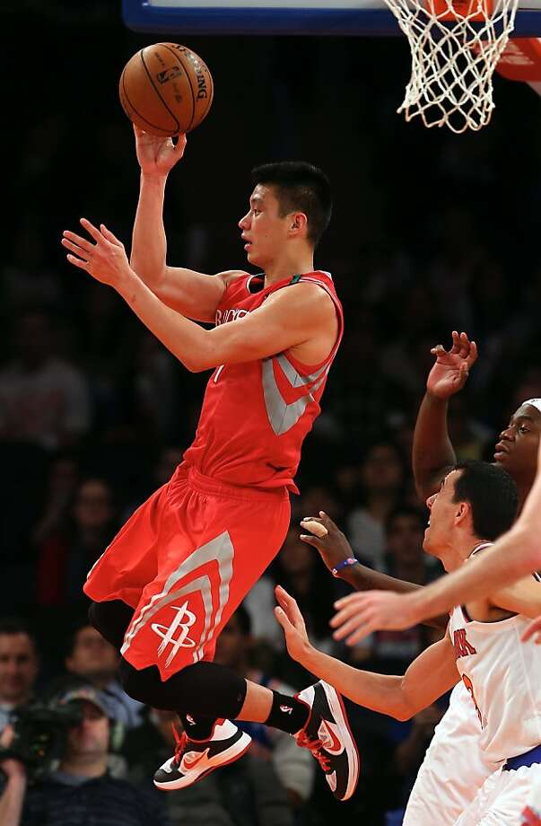 Jeremy Lin looks to pass in front of a New York crowd that gave him a mixed reception. Photo: Elsa, Getty Images