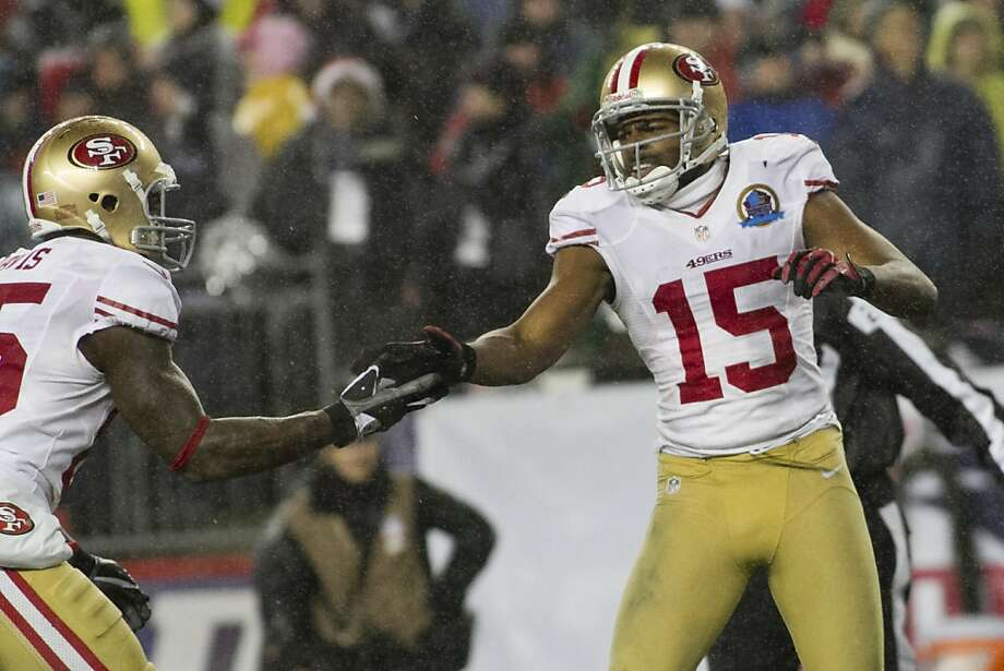 Vernon Davis (left) hasn't had a chance to do much lately beyond congratulating top receiver Michael Crabtree. Photo: Kelvin Ma, Special To The Chronicle
