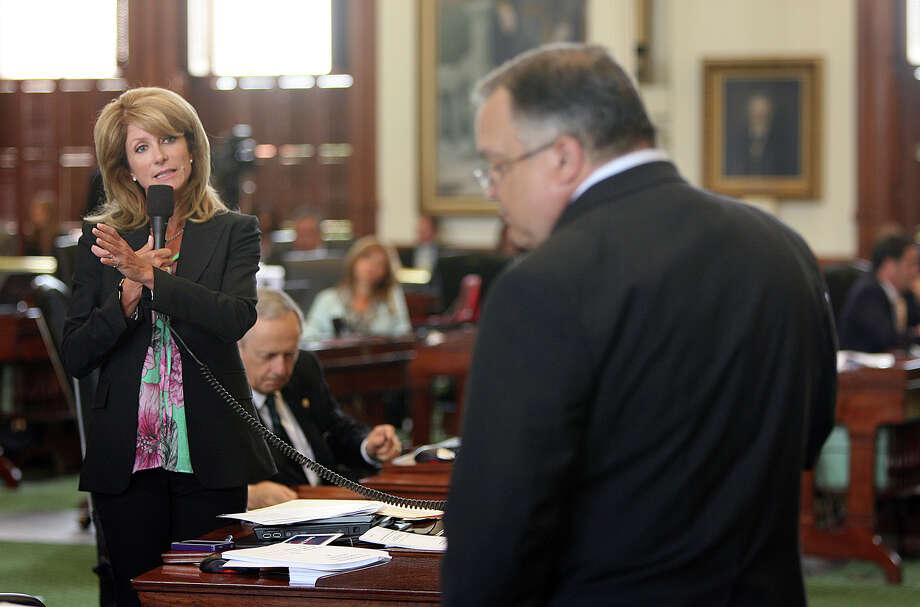 Sen. Wendy Davis quizzes Sen. John J. Carona in this 2011 photo (AP Photo/Austin American-Statesman, Alberto Martinez) Photo: Alberto Martinez, MBR / Austin American-Statesman