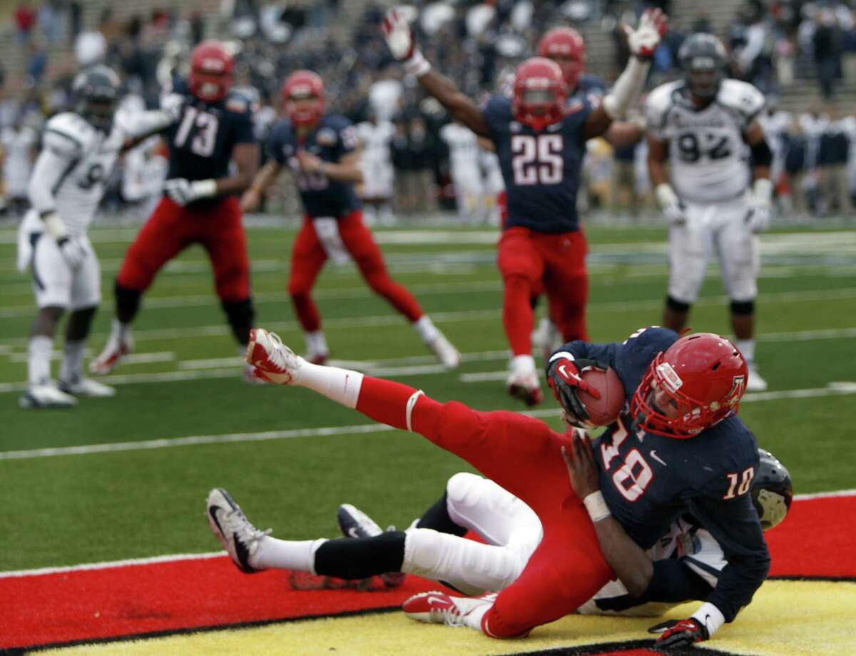Gildan New Mexico Bowl, Dec. 15: Arizona 49, Nevada 48; University Stadium in Albuquerque, N.M.; Payout: $456,250PHOTO: Arizona's Tyler Slavin comes down with a touchdown catch in the end zone in front of Nevada's Bryson Keeton to tie the game in the closing seconds of the fourth quarter of New Mexico Bowl.