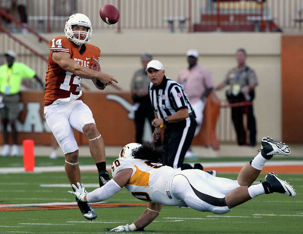 David Ash throws for the Longhorns as Texas hosts Wyoming at D.K.Royal Stadium in Austin on September 1, 2012. Photo: Tom Reel, San Antonio Express-News / ©2012 San Antono Express-News