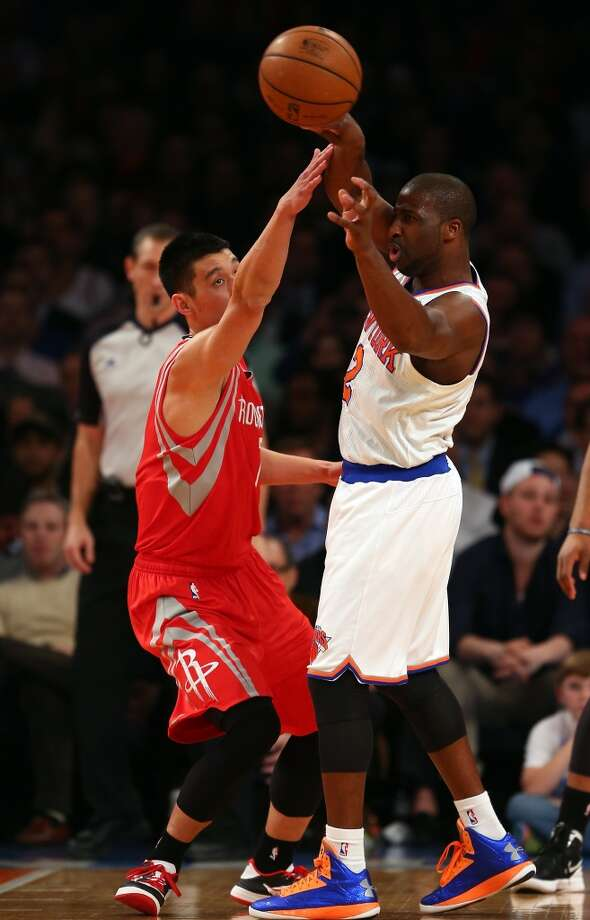 Raymond Felton of the Knicks passes under pressure from Rockets guard Jeremy Lin. (Getty Images)