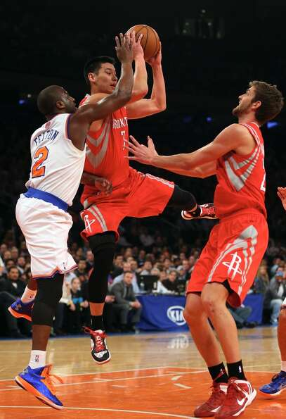 Jeremy Lin of the Rockets tries to pass as Raymond Felton of the Knicks defends.  (Getty Images)